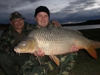 Rosťa s Alešem a kapřík 98cm Ebro 31.10. 2010