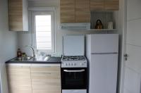kuchyňka se sporákem a lednicí s mrazákem v mobilním domku